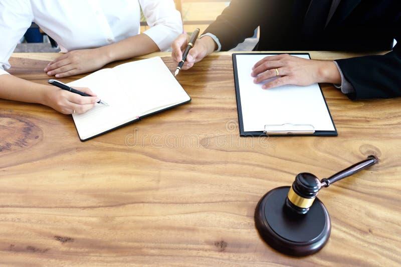 advokatdomare eller auktionshowauktionsklubba i rummet arkivbilder