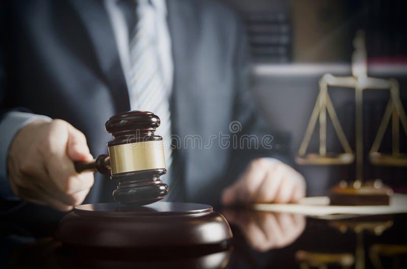 Advokaten eller advokaten arbetar i hans kontor royaltyfri bild