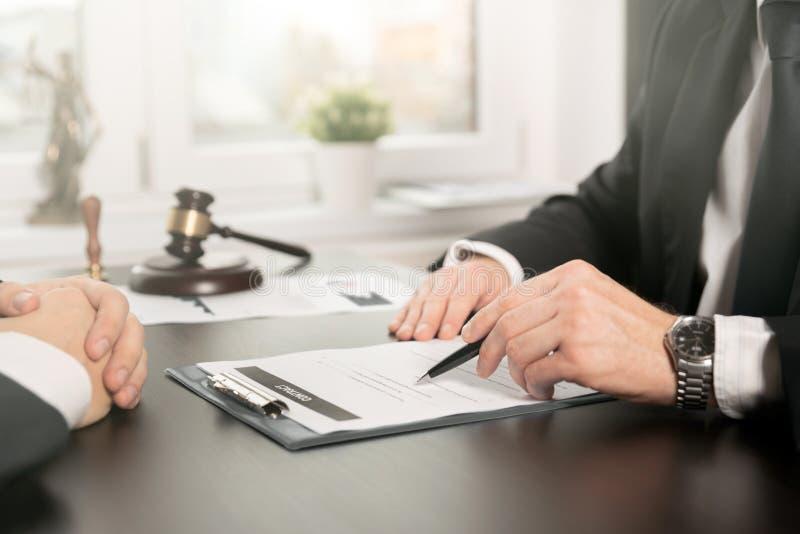 Advokaten eller domaren konsulterar och att möta klienten arkivbilder
