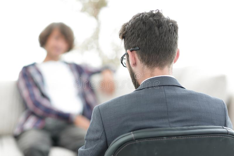 Advokaten råder hans klient tillbaka sikt begrepp av tystnadsplikt arkivbild