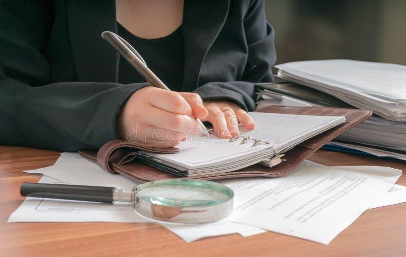 Advokaten skriver i dagbok kvinna för affärskontor royaltyfri fotografi