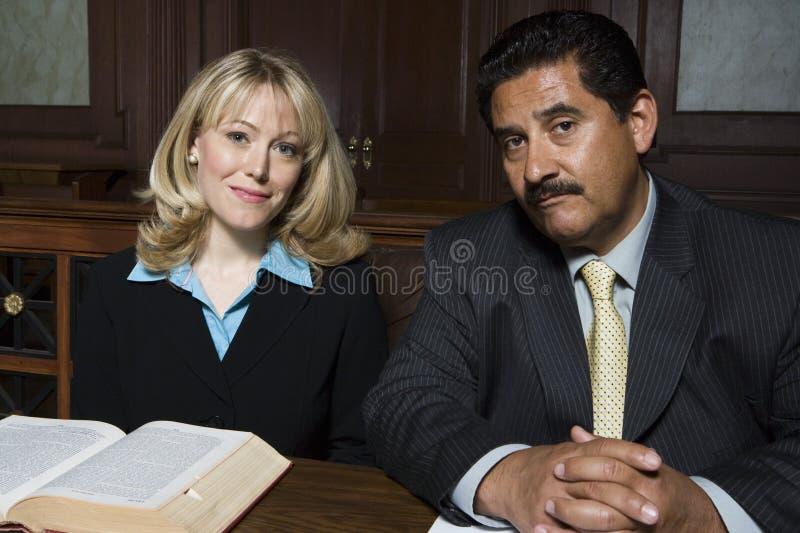 Advokater som tillsammans sitter royaltyfri bild