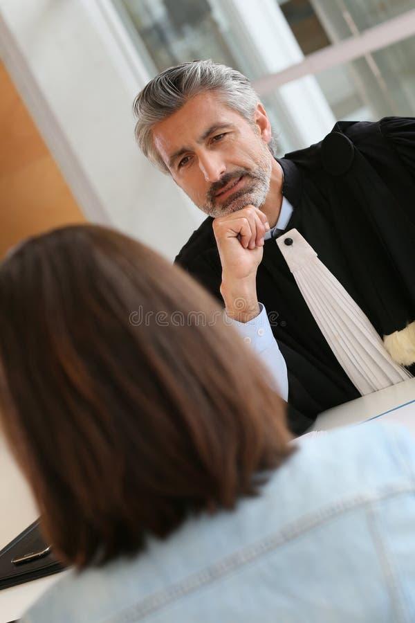 Advokatmöteklient på hans kontor arkivbild