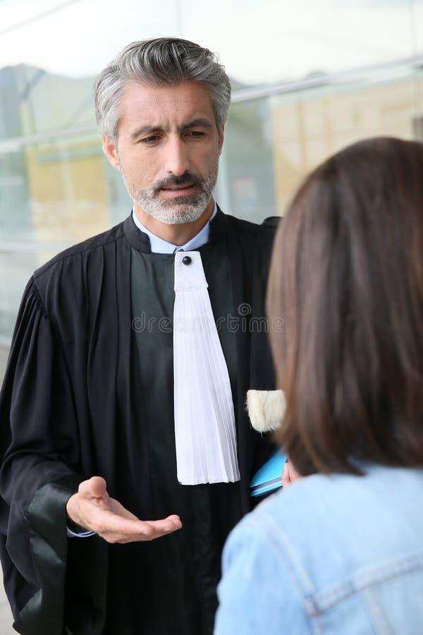 Advokatmöteklient utanför domstolen arkivbilder