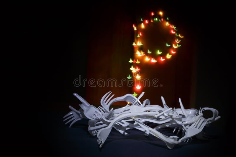 Adwentowa korona od rozporządzalnych rozwidleń z zamazanymi bożonarodzeniowymi światłami zdjęcie royalty free