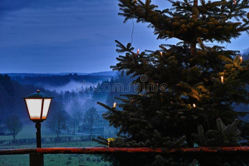 Adwentowa sezon wieś przy nocą obrazy royalty free