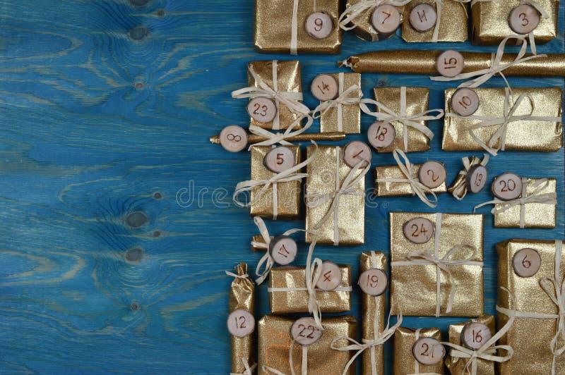 Adwentu kalendarz z 24 złotymi teraźniejszość na cyraneczce zdjęcia stock