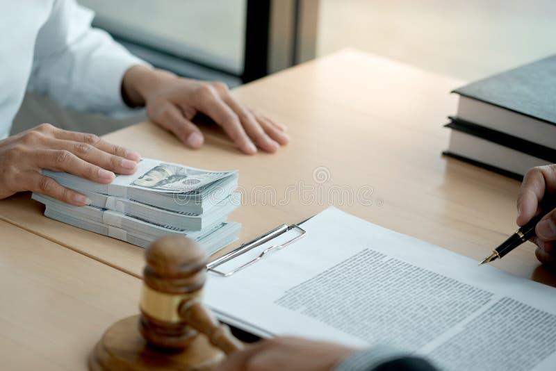 Adwokat Aukcja licytacyjna — mallet z sędzią Licytant — wycofanie sprzedaży zdjęcia royalty free