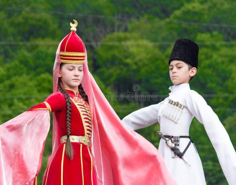 Adyghe flicka och pojke i nationell dräkt på den Circassian etniska festivalen i Adygeya royaltyfria bilder