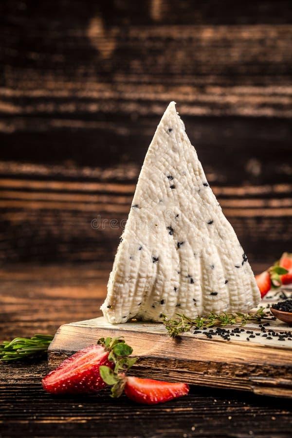 Adyghe ser z czarnym kminem śmietanka, chałupa ser na nieociosanym tle Przestrze? dla teksta zdjęcia royalty free