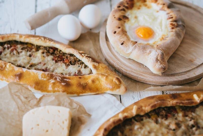 Adzharian khachapuri met ei en traditionele Turkse pide met vlees royalty-vrije stock foto