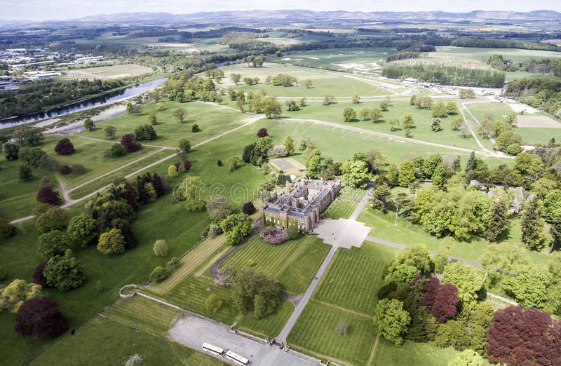 Aearial disparou no castelo Escócia Grâ Bretanha da paisagem da floresta do parque imagens de stock royalty free