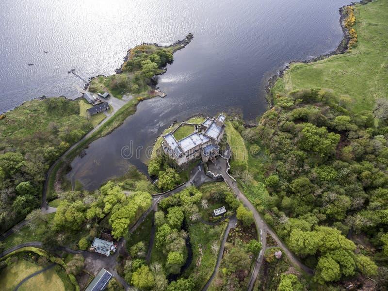 Aearial tiró la isla de Dunvegan del lago del paisaje de Skye Scotland Great Britain foto de archivo libre de regalías