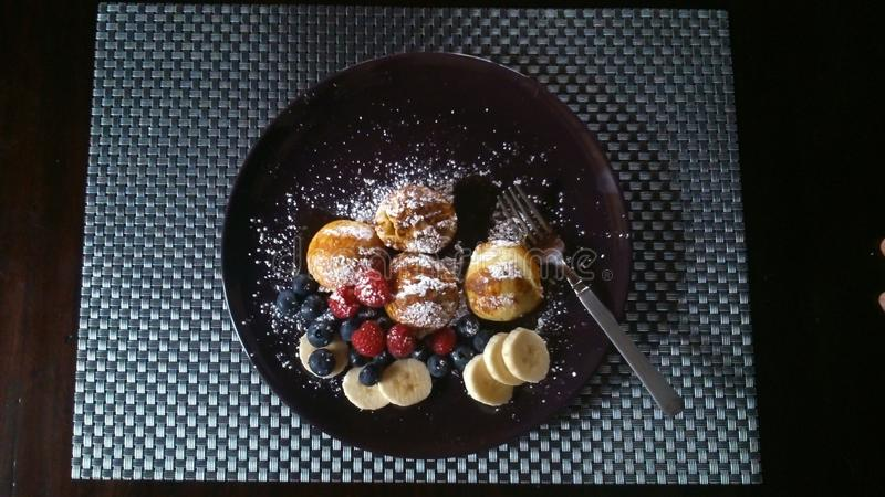 Aebleskivers mit Frucht stockbilder