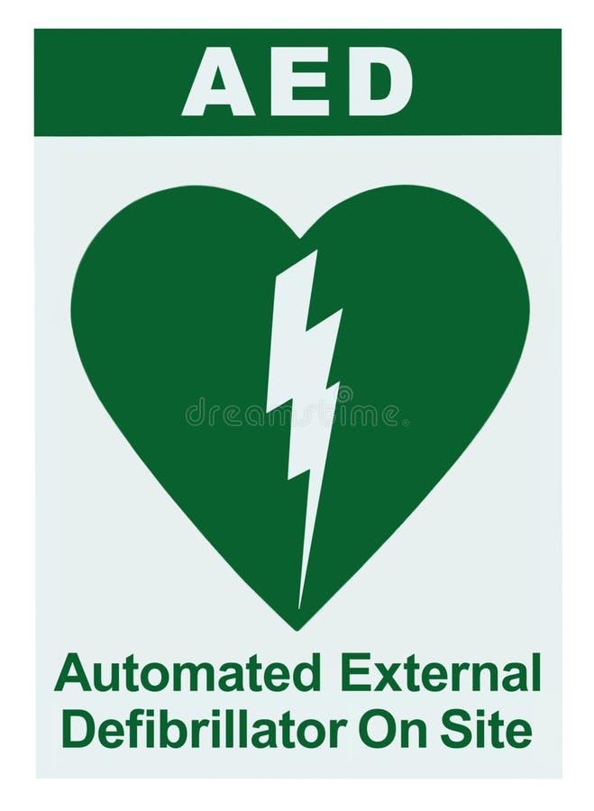 AED自动化的外在去纤颤器里面在站点文本,绿色象,白色标志贴纸标签被隔绝的垂直,心肺 免版税库存照片