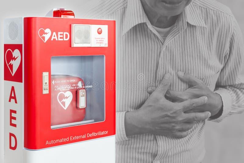 AED o dispositivo externo automatizado de los primeros auxilios del Defibrillator para el movimiento de la gente de la ayuda o el fotos de archivo libres de regalías