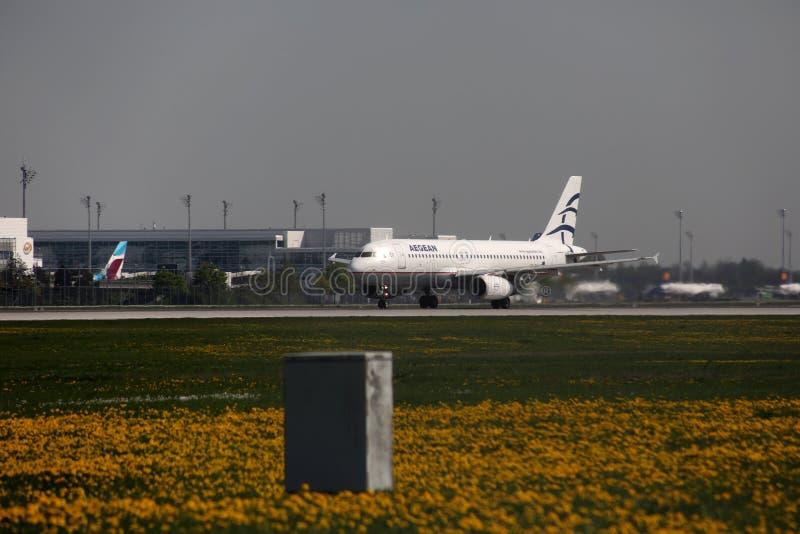 Aegean Airlines aplana taxiing no aeroporto de Munich, MUC imagens de stock