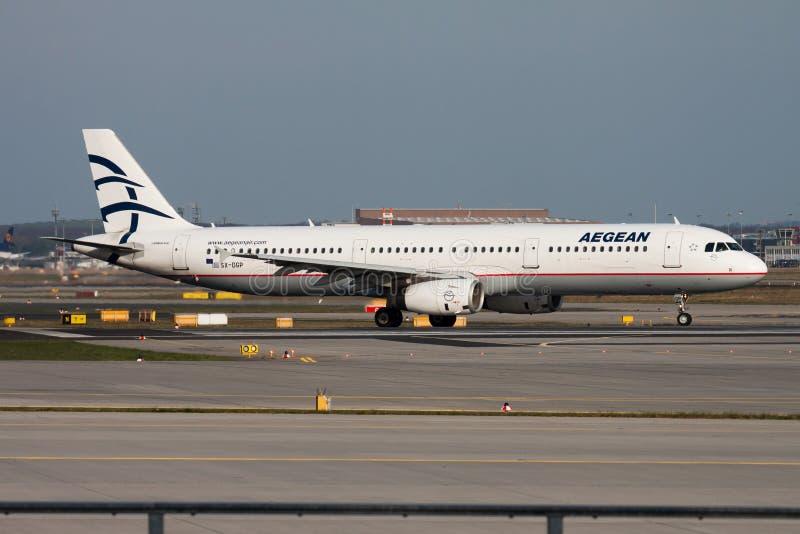 Aegean Airlines-het vliegtuigvertrek van de Luchtbusa321 passagier sx-DGP bij de Luchthaven van Frankfurt stock afbeeldingen