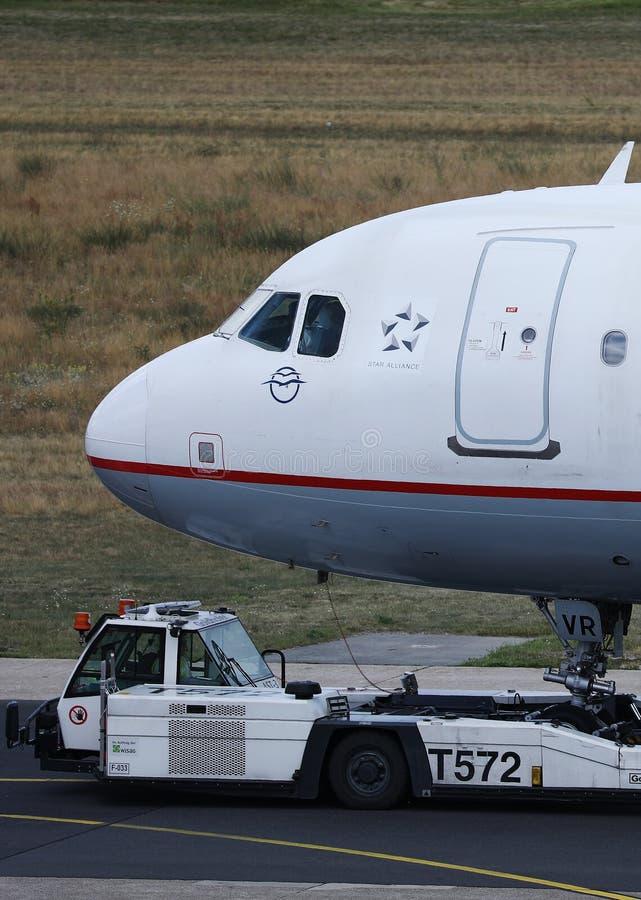 Aegean Airlines-vliegtuig op pushback bij de Luchthaven van Frankfurt, FRA stock afbeeldingen