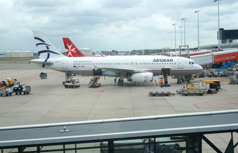 Aegean flygbolagflygplan på den Schiphol flygplatsen royaltyfri bild