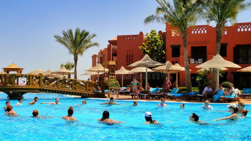 Aeróbicos de agua en el hotel del egipcio de la piscina imagen de archivo libre de regalías