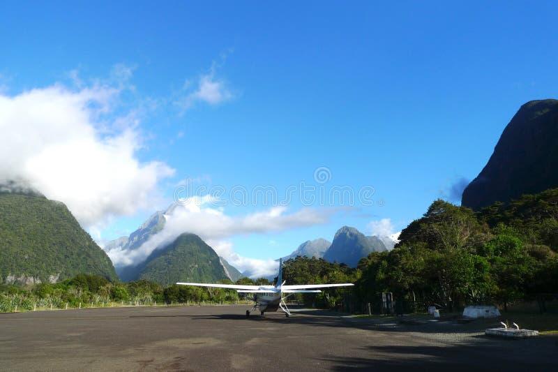 Aeródromo de Milford Sound na região da terra do Fiord de Nova Zelândia da ilha sul imagens de stock royalty free