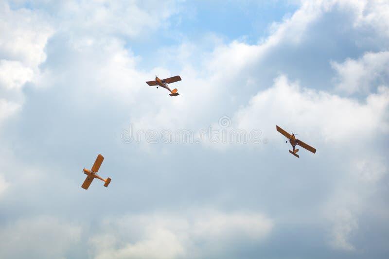 Aeródromo de Mochishche, planos amarelos do showб três locais do ar para voar junto acima em um céu azul e em umas nuvens branca fotografia de stock