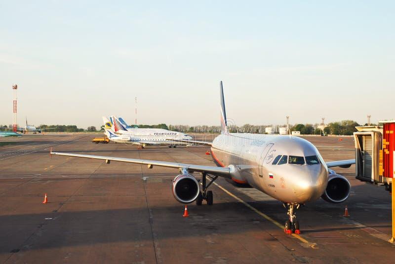 Aeródromo do aeroporto Borispol e de planos de espera foto de stock