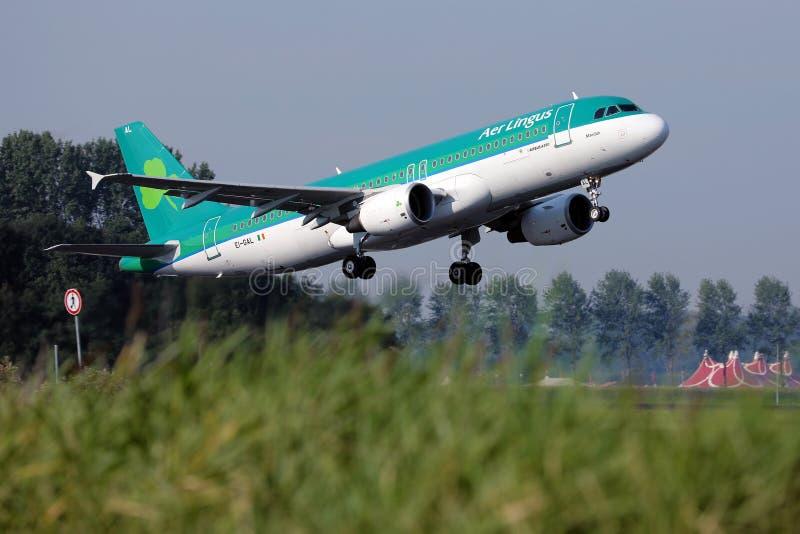 Aer Lingus-Flugzeug Landung auf Piste stockbilder