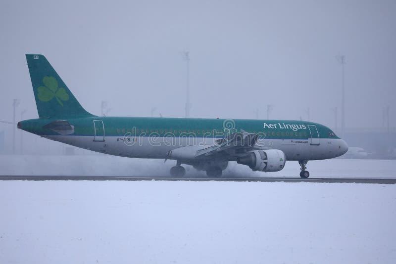 Aer Lingus nivå som gör taxien på snö, Munich flygplats MUC arkivfoton