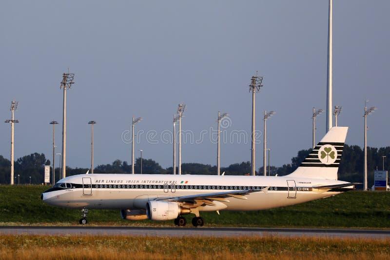 Aer Lingus Retro livré som gör taxien i den Munich flygplatsen, MUC, Tyskland arkivfoton