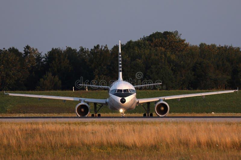 Aer Lingus Retro livré som gör taxien i den Munich flygplatsen, MUC, Tyskland arkivbilder