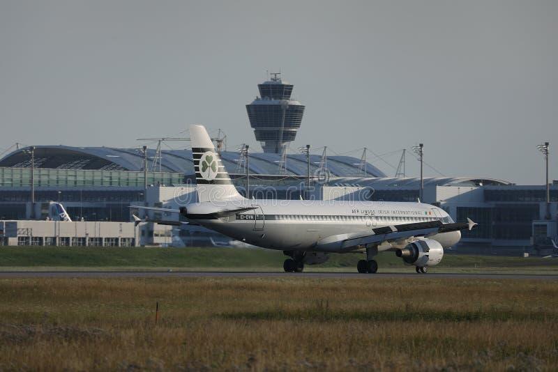 Aer Lingus Retro livré som gör taxien i den Munich flygplatsen, MUC, Tyskland fotografering för bildbyråer