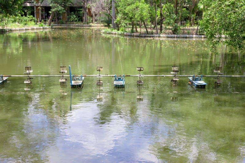 Aeradores superficiales, uso para hacer las aguas residuales al agua potable, máquina del tratamiento de aguas residuales fotografía de archivo