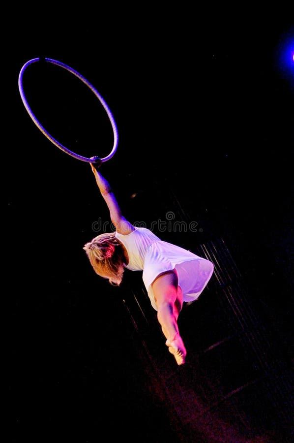 Aeralist femenino en el vuelo del circo imagen de archivo libre de regalías