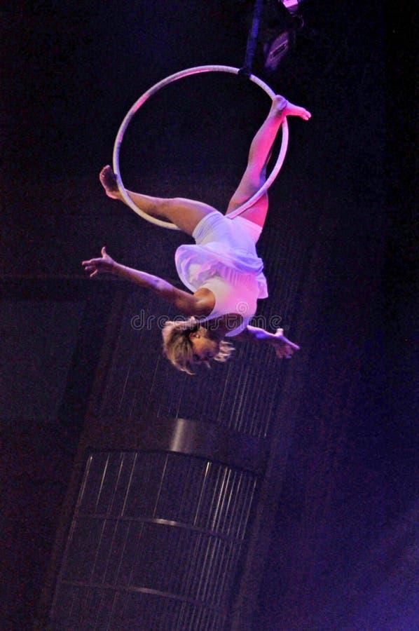 Aeralist femenino en el vuelo del circo foto de archivo
