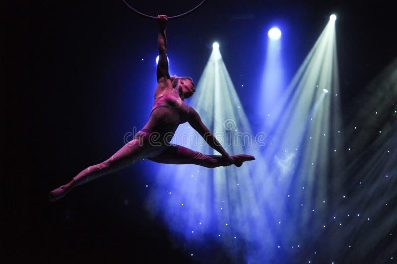 Aeralist no circo imagens de stock