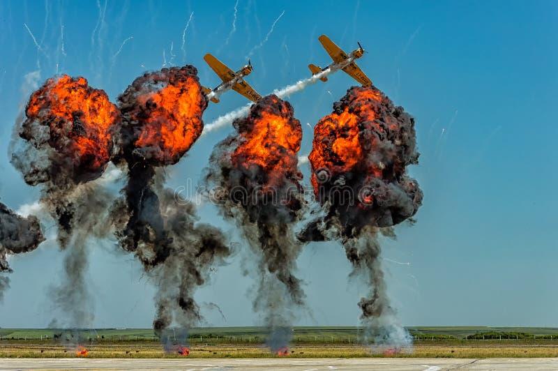 Aerei acrobatici che volano attraverso il fumo fotografie stock libere da diritti