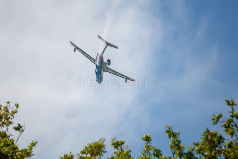 Aerei Be-200es in volo sopra l'aerodromo fotografia stock libera da diritti