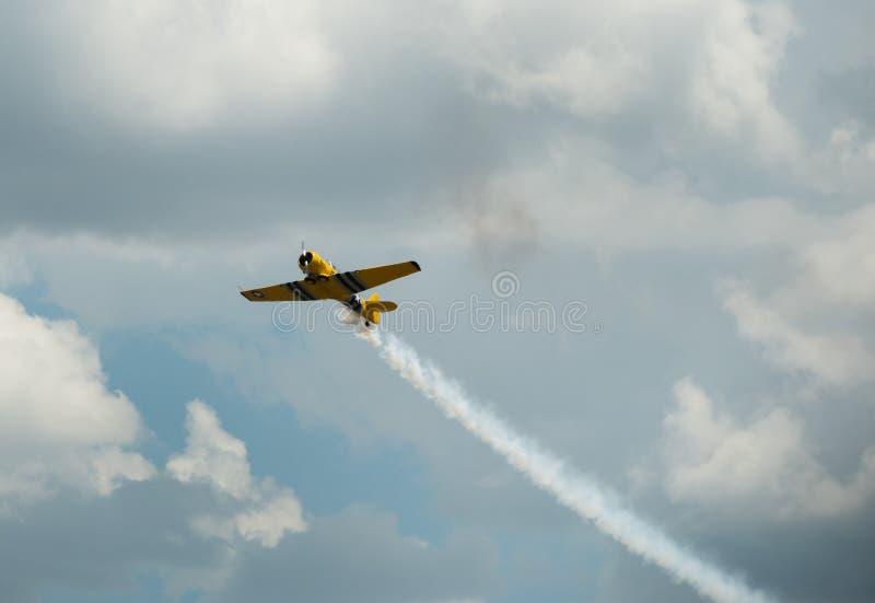Aerei d'annata, acrobazie aeree dello show aereo fotografie stock libere da diritti