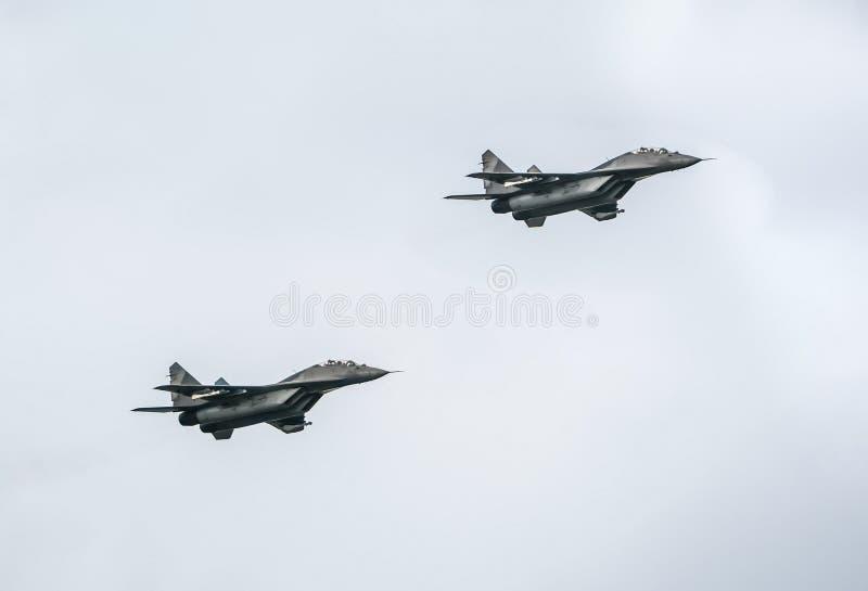 Aerei da caccia mig-29 sul fondo del cielo blu fotografia stock libera da diritti