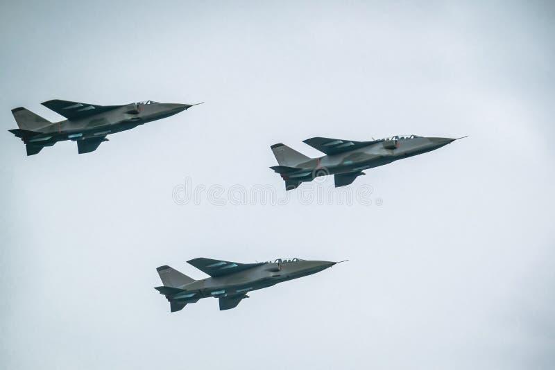 Aerei da caccia sul fondo del cielo blu immagini stock libere da diritti