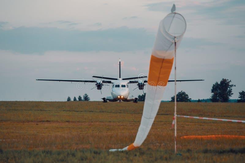 Aerei del paracadutista su terra immagini stock libere da diritti