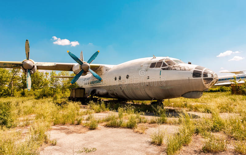 Aerei An-12 del turbopropulsore ad un aerodromo abbandonato in samara, Ru immagini stock libere da diritti