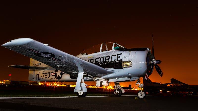 Aerei dell'aeronautica di Stati Uniti alla notte su terra fotografia stock
