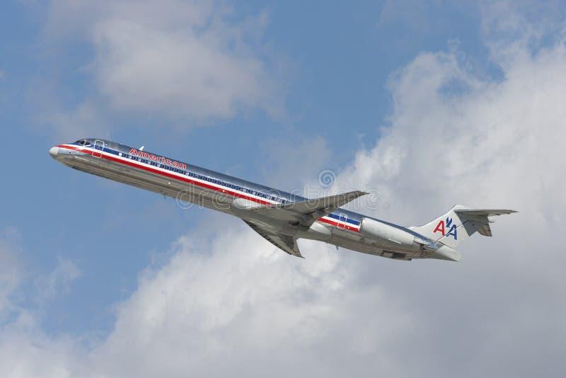 Aerei di American Airlines McDonnell Douglas MD-82 che decollano dall'aeroporto internazionale di Los Angeles fotografie stock