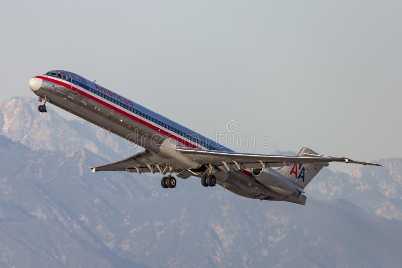 Aerei di American Airlines McDonnell Douglas MD-82 che decollano dall'aeroporto internazionale di Los Angeles fotografie stock libere da diritti