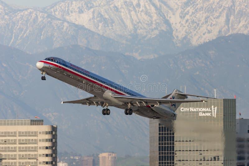 Aerei di American Airlines McDonnell Douglas MD-82 che decollano dall'aeroporto internazionale di Los Angeles fotografia stock libera da diritti