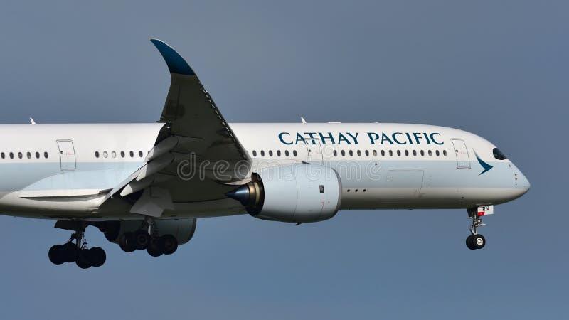 Aerei di Cathay Pacific Airbus A350 XWB da atterraggio di Hong Kong all'aeroporto internazionale di Auckland immagini stock