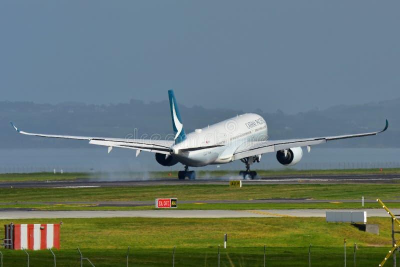 Aerei di Cathay Pacific Airbus A350 XWB da atterraggio di Hong Kong all'aeroporto internazionale di Auckland fotografia stock libera da diritti